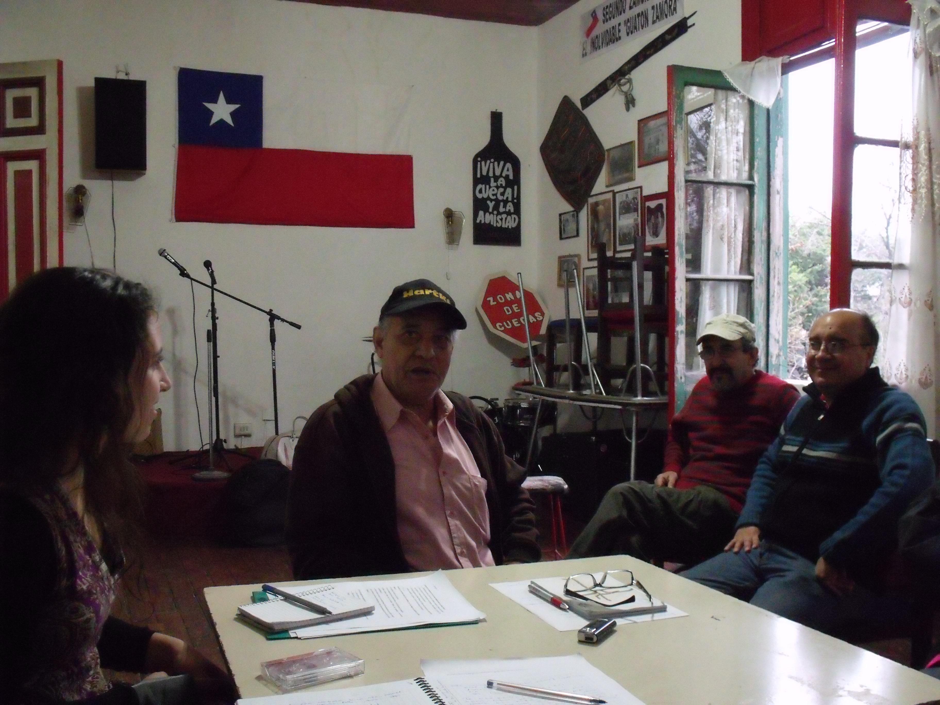 Entrevistando a Adelqui Silva, junto a algunos de Los Rumberos del 900, Santiago 2010. Foto: Tiesos pero cumbiancheros