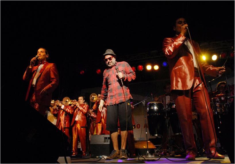 El Macha cantando junto a La Sonora Palacios. Foto: www.publimetro.cl