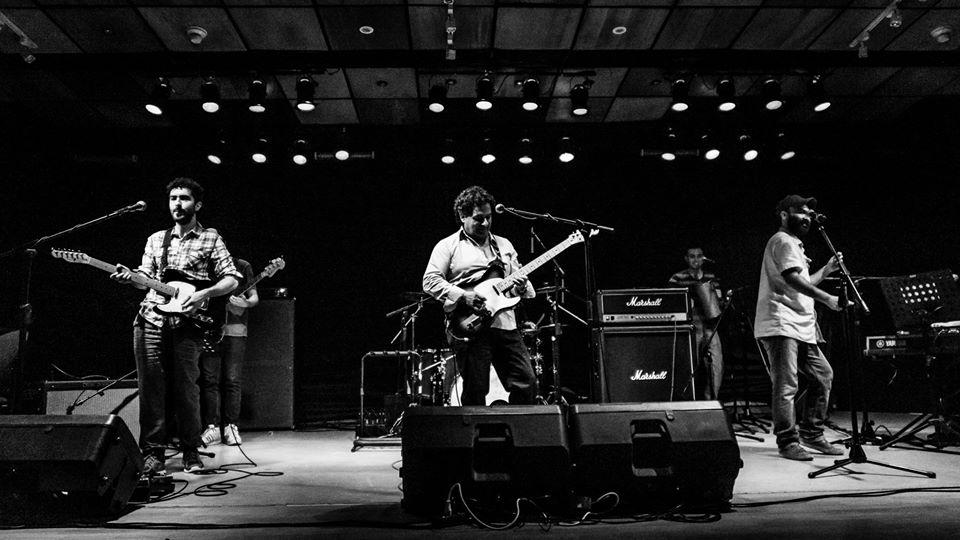 Eduardo Macuada acompañado por el autor del libro y otros músicos el día del lanzamiento. Foto: Gonzalo Cordero.
